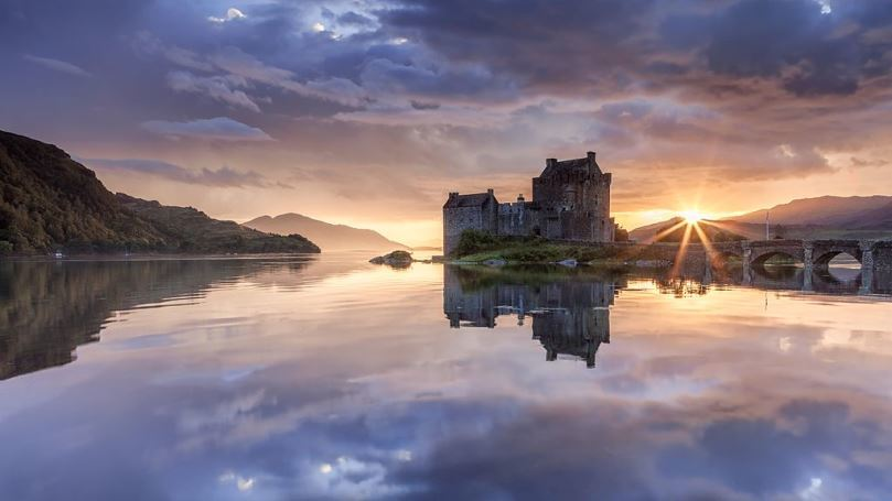 Eilean Donan at Dusk by Syxaxis Photography, Wikimedia Commons
