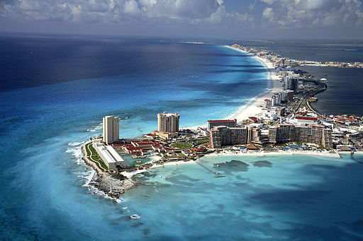 Beach of Cancún by Safa in LA (via Wikimedia Commons)