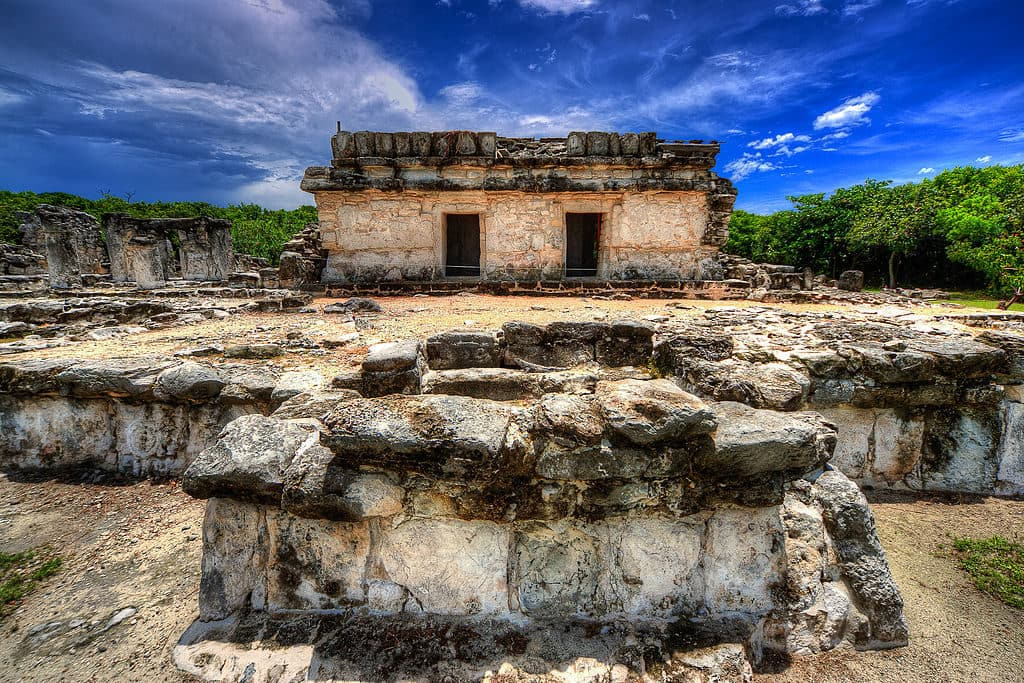 El Rey Archeological Zone in Cancun, Mexico by Xe3osc (via Wikimedia Commons)